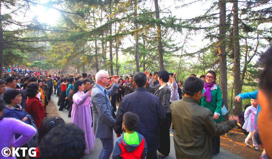 Un voyageur de KTG dansant dans le parc Moran le 15 avril avec des Nord-Coréens célébrant l'anniversaire du Président Kim Il Sung