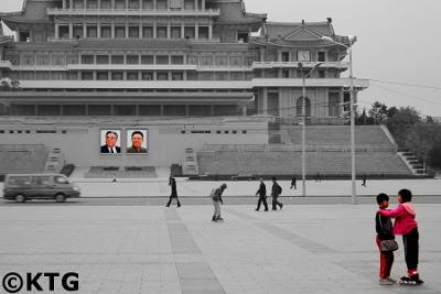 Niños patinando el la plaza Kim Il Sung