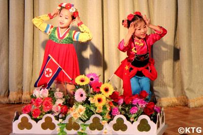 Actuación en el jardín de infancia Ponbu en Sinuiju, una importante ciudad fronteriza de Corea del Norte