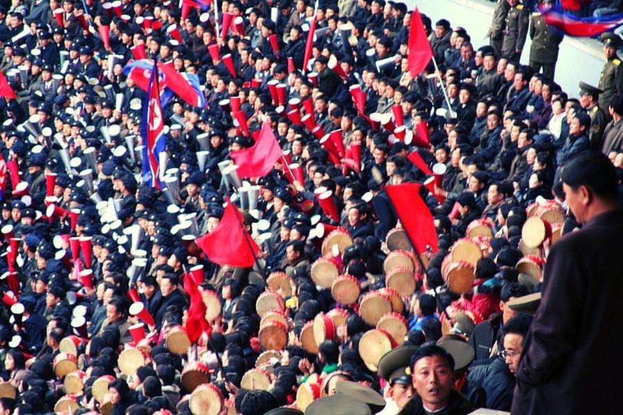 Aficionados del equipo de fútbol de Corea del Norte apoyando a la RPDC en un partido contra Japón en el Estadio Kim Il Sung en Pyongyang, capital de Corea del Norte. Este viaje de fútbol en Corea del Norte fue organizado por KTG Tours.