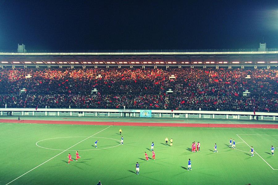 El equipo de fútbol nacional de Corea del Norte celebra el gol contra Japón en un partido de clasificación para la Copa del Mundo en la plaza Kim Il Sung en Pyongyang, capital de Corea del Norte. Viaje organizado por KTG Tours.