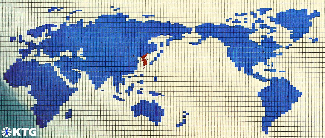 Muro de mosaico en el campamento de verano Songdowon en Wonsan, Corea del Norte, que muestra un mapa del mundo y una Corea unificada