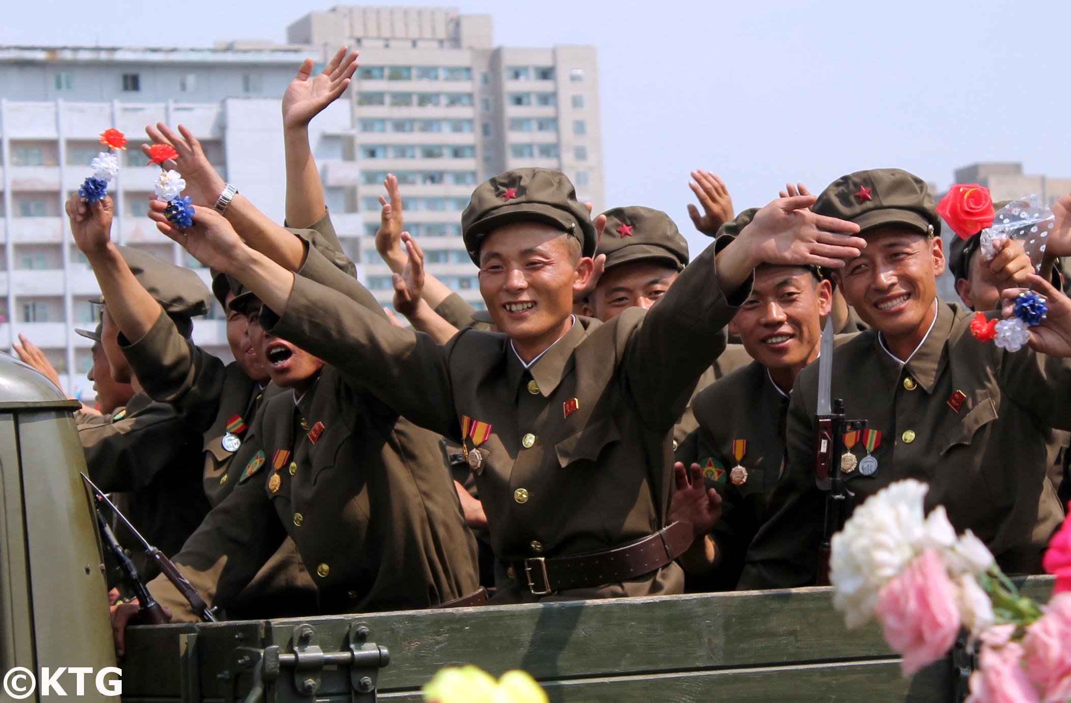 Soldados de Corea del Norte después de un desfile militar en Pyongyang. Foto por KTG