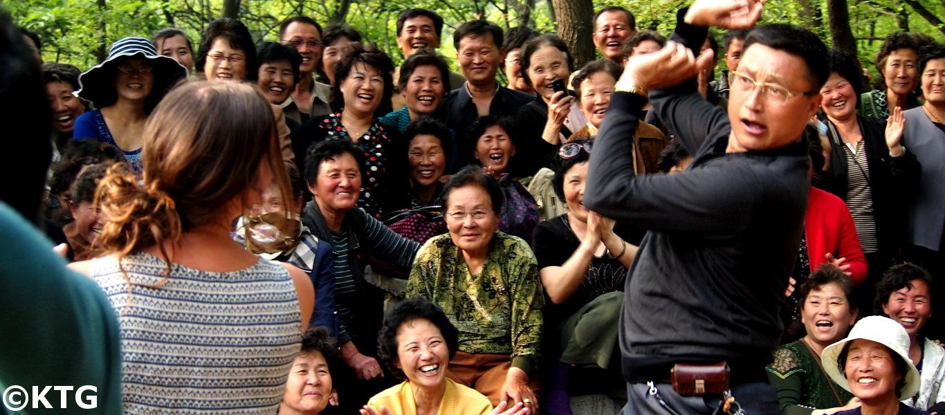 Norcoreano bailando con un viajero de KTG