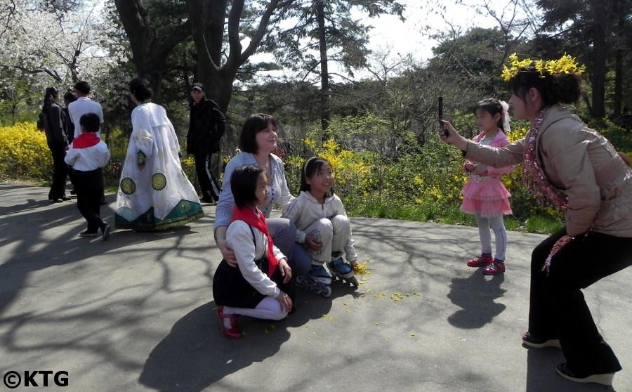 voyageur de KTG avec des locaux au parc à Pyongyang en Corée du Nord