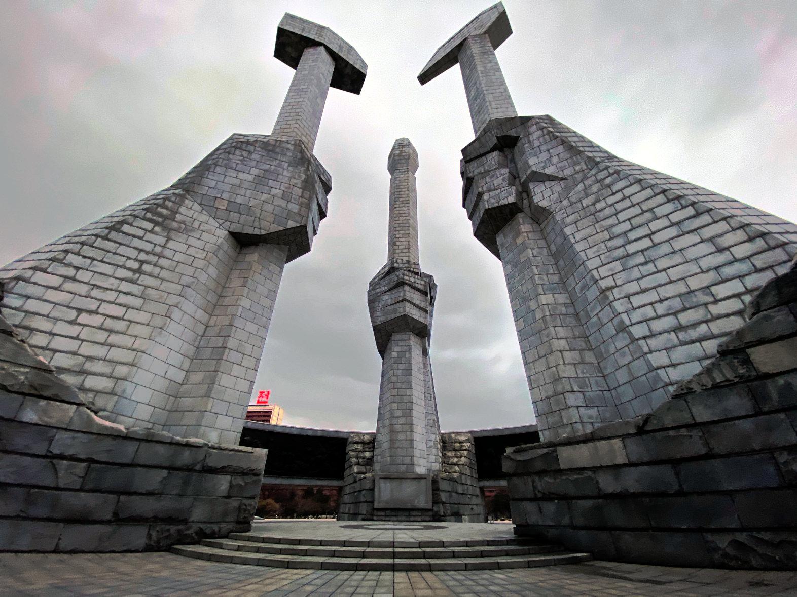 Monumento de la Fundación del Partido de los Trabajadores. Consiste del martillo, hoz y pincel. Viaje organizado por KTG