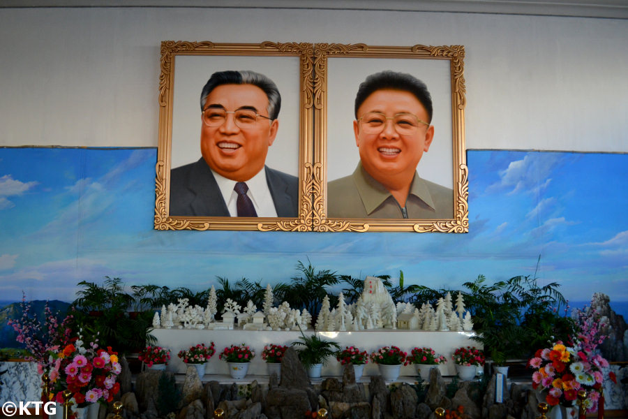 Retratos de los líderes de Corea del Norte; el Presidente Kim Il Sung y el Líder Kim Jong Il en la entrada del centro de la exhibición de las flores Kimilsungia y Kimjongilia en la zona de Rason, una zona económica especial en el noreste de Corea del Norte. Viaje a esta parte de la RPDC con KTG, expertos en organizar viaje a este país