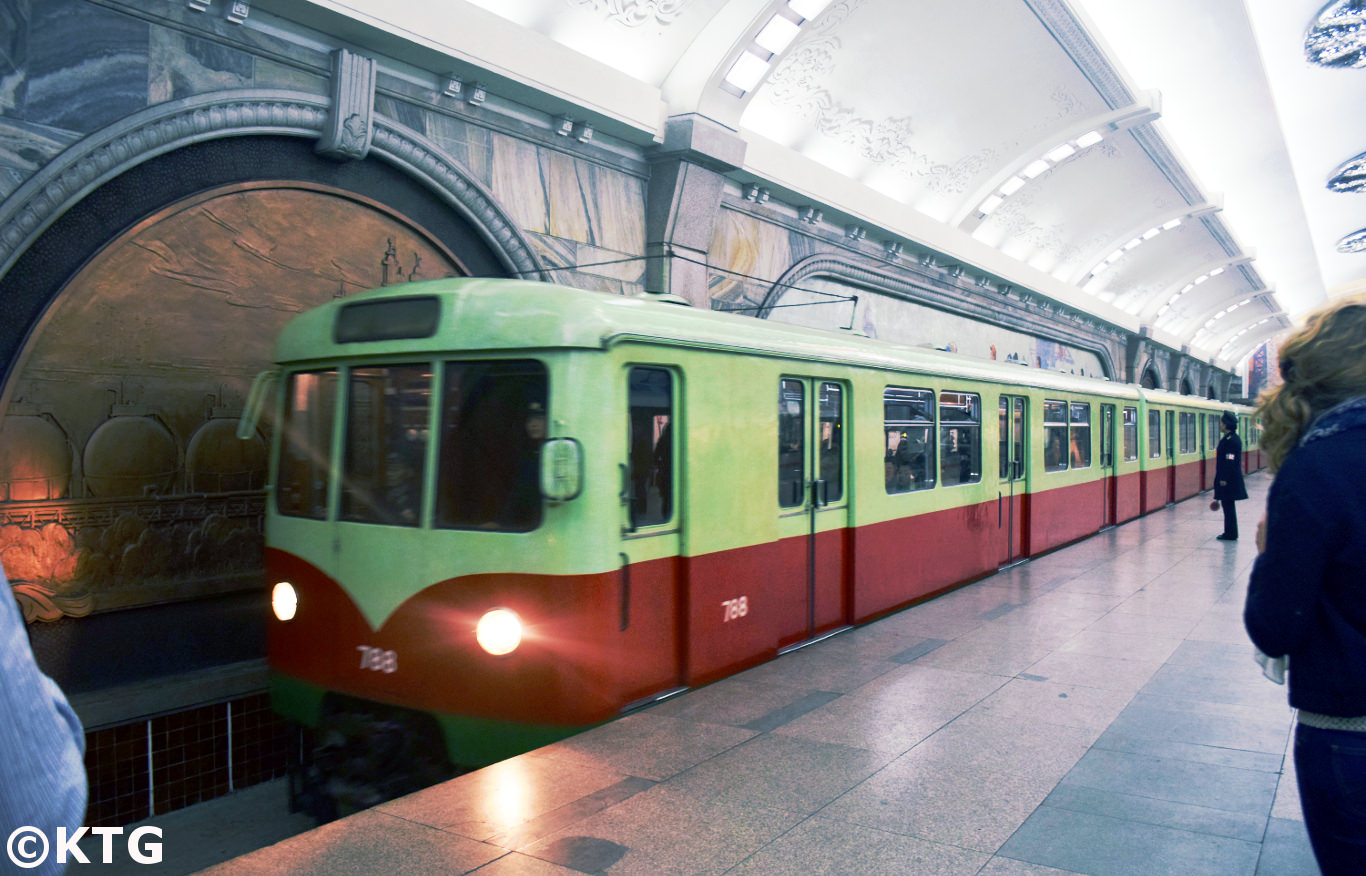 Tren del metro de Pyongyang en Corea del Norte. Vienen de Alemania del este, la RDA. Viaje organizado por KTG Tours
