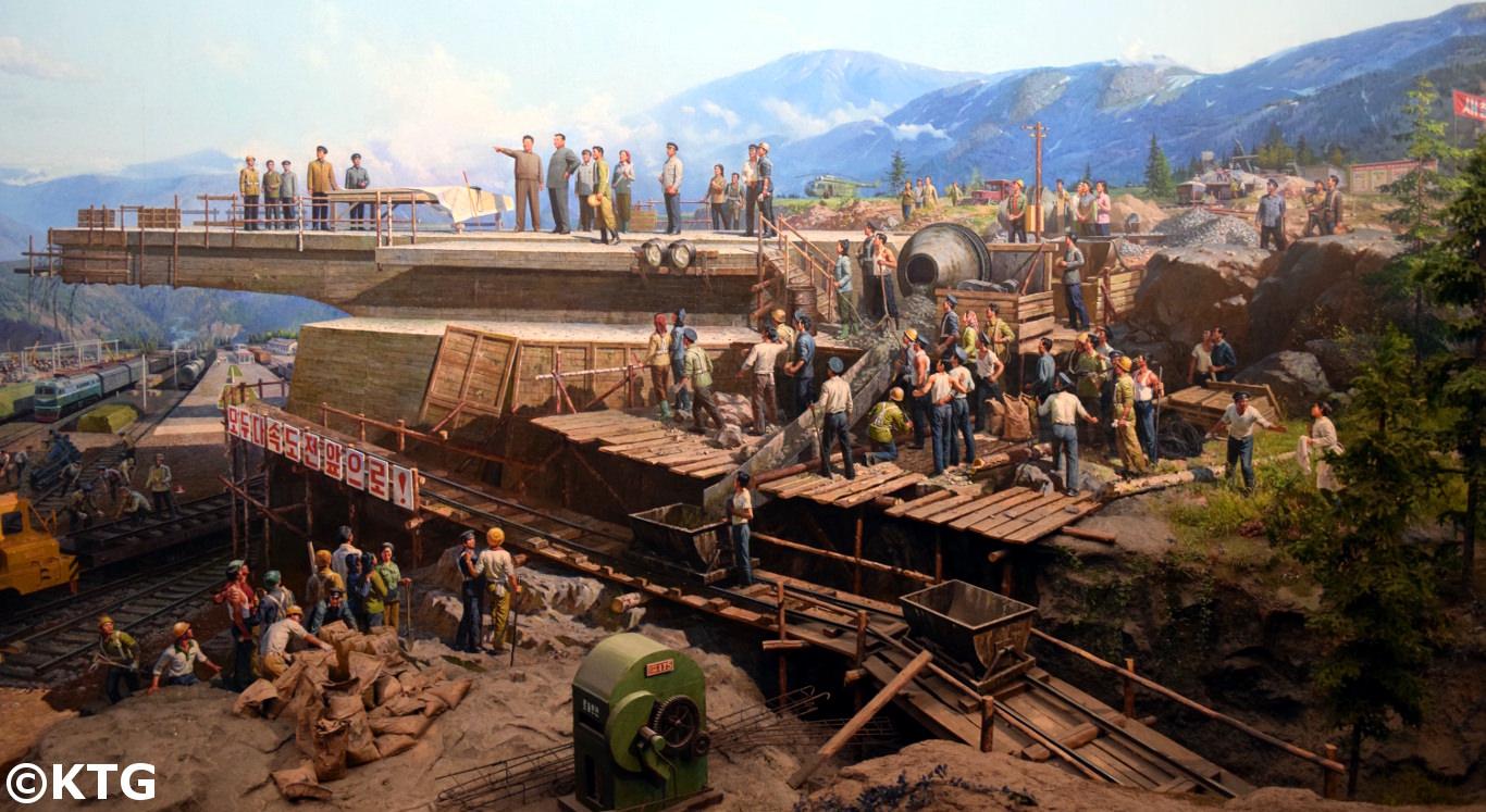 Diorama au musée des Chemins de fer à Pyongyang qui montre les leaders Kim Il-sung et Kim Jong-il donnant des conseils sur la construction du réseau national ferroviaire (photo de KTG)
