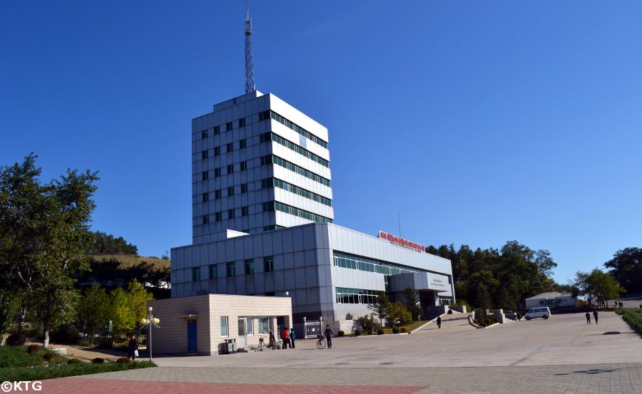 Edificio de telecomunicaciones internacionales de Rason en Corea del Norte. Esta región está llena de señales indicando de que se trata de una zona económica especial en Corea del Norte (la RPDC)