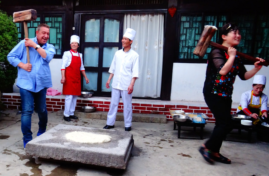Viajeros preparando pastel de arroz en el hotel tradicional coreano en Kaesong en Corea del Norte (RPDC). Viaje organizado por KTG