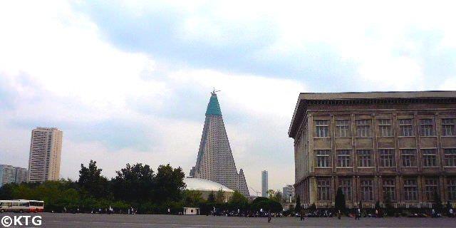 El Hotel Ryugyong Hotel en 2008. Foto tomada por KTG antes de que empezasen a renovarlo por fuera