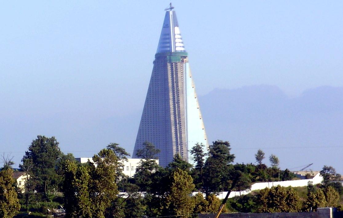 Hotel Ryugyong en Pyongyang bajo renovación en el año 2009