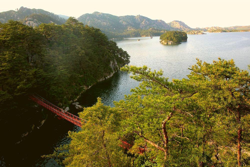 Laguna Samil en el Monte Kumgang, Corea del Norte (RPDC) con KTG Tours. Se trata de la laguna más profunda de Corea