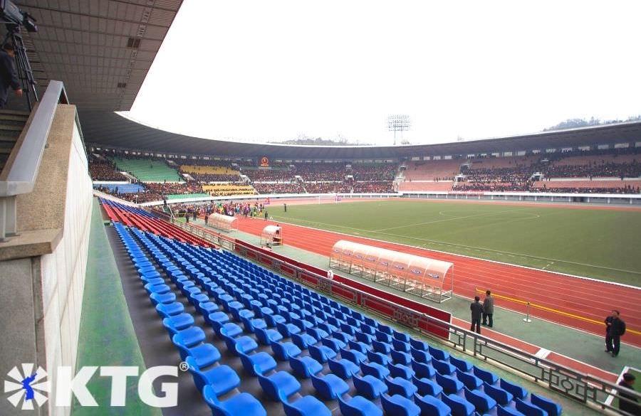 Asientos en el estadio Kim Il Sung en Pyongyang, capital de Corea del Norte, RPDC. Fotografía de Corea del Norte tomada por KTG Tours.