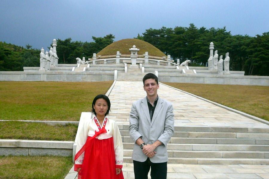 El rey Wang Kon fue el primer rey de la dinastía coreana. Visite su tumba en la ciudad de Kaesong, Corea del Norte (RPDC) con KTG Tours. El mausoleo del rey Wang Kon es uno de los 12 sitios del Patrimonio Mundial de la UNESCO de Kaesong