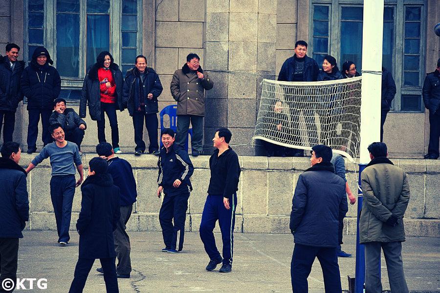 Match de volleyball sur la place Kim Il Sung à Pyongyang, capitale de la Corée du Nord. Photo prise par KTG Tours