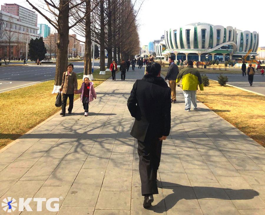caminando por la ciudad nueva de Ryomyong en Pyongyang, Corea del Norte, es una calle ecológica. Foto sacada por KTG Tours