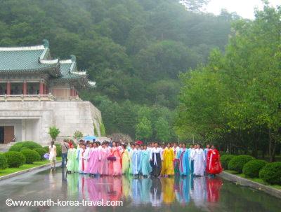 mujeres norcoreanas en vestidos tradicionales coreanos