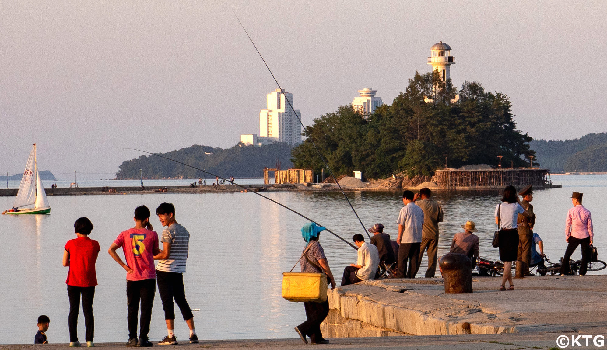 Paseo por el puerto de la ciudad de Wonsan en Corea del Norte (RPDC) con viajes KTG. Puede ver el islote Jangdak de fondo
