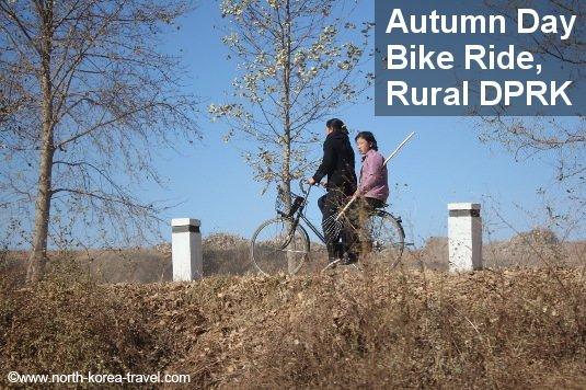 Mujeres norcoreanas viajan en bicicleta un día de otoño