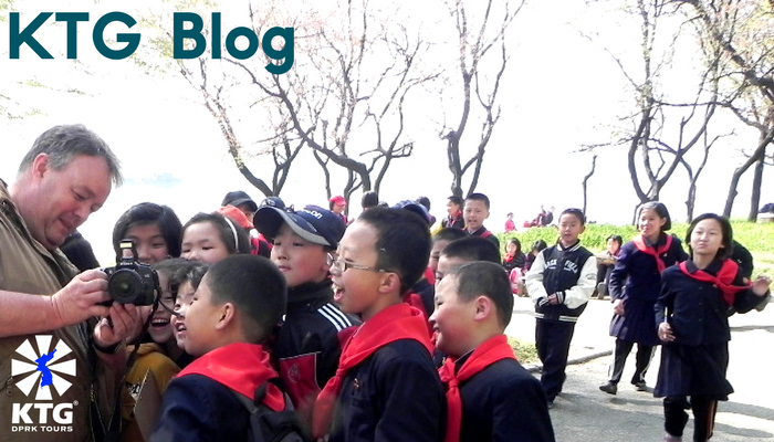En av våra resenärer visar nordkoreanska barn en bild han tog
