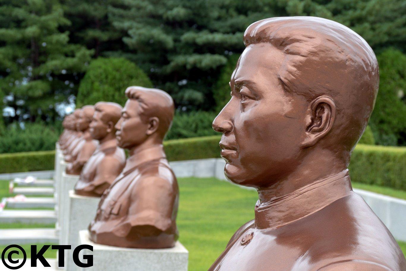Vue rapprochée des bustes en bronze de héros nationaux en RPDC au cimetière des martyrs révolutionnaires dans la banlieue de Pyongyang, capitale de la Corée du Nord