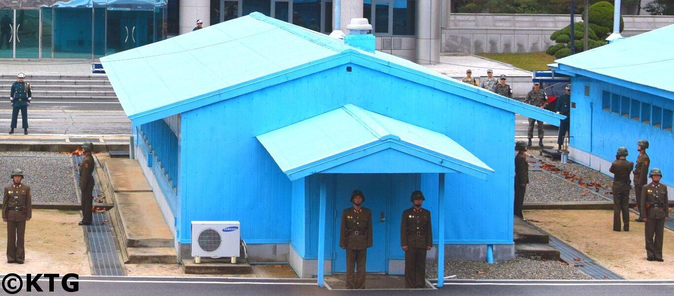 Soldados norcoreanos sacando fotos de soldados surcoreanos en Panmunjom, en la DMZ. Viaje organizado por KTG Tours
