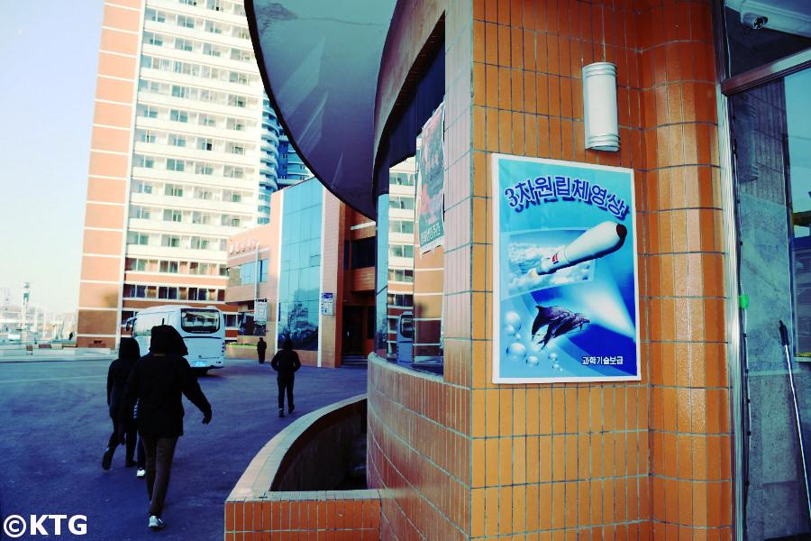 Delfines y cohetes en Mirae Street en Pyongyang, Corea del Norte. Visite la RPDC con KTG Tours