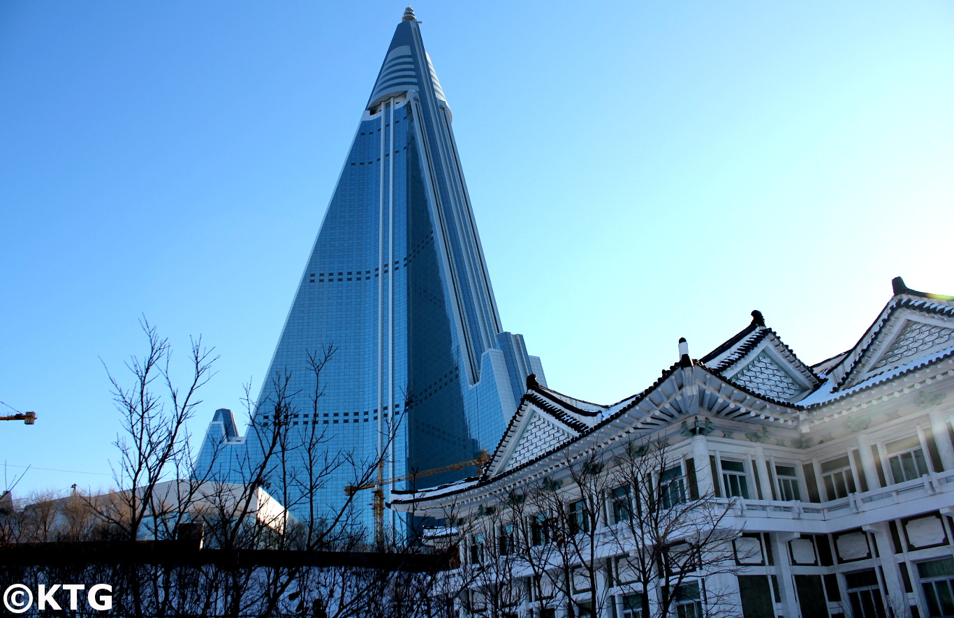 De Ryugyonghotel gezien van de Democratische Volksrepubliek Korea National Institute of Embroidery in Pyongyang, Noord-Korea