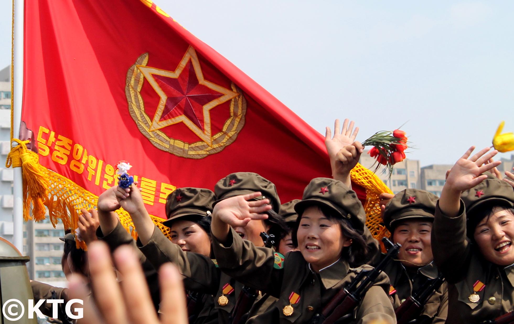 Bandera militar de Corea del Norte. Foto tomada en un desfile mililtar en Pyongyang