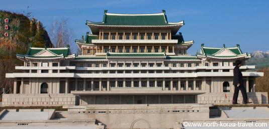 Réplica de la Gran Casa de Estudios del Pueblo en el Parque Folclórico de Pyongyang