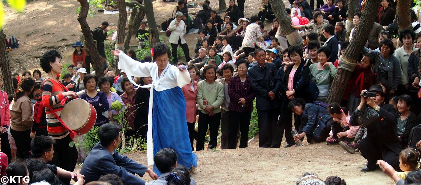Norcoreanos bailando en el parque el primero de mayo en Pyongyang capital de Corea del Norte. Viaje organizado por KTG Tours