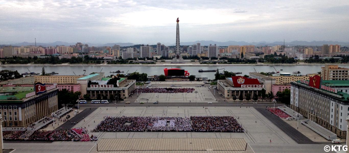 Plaza Kim Il Sung en Pyongyang vista desde el balcón de la Gran Casa de Estudios del Pueblo. Puedes ver la Torre Juche al fondo. Fotografía realizada por KTG Tours