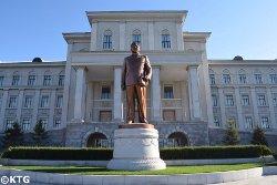 Statue du chef Kim Jong Il à l'université Kim Il Sung