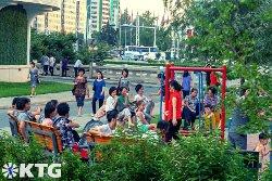 Norcoreanos locales en un parque en la calle Ryomyong en Pyongyang
