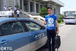 Taxi de Air Koryo por la Gran Casa de Estudios del Pueblo en Pyongyang, capital de Corea del Norte (RPDC). Fotografía realizada por KTG Tours