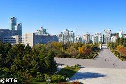 Calle Ryomyong vista desde el campus de la Universidad Kim Il Sung. Descubra Pyongyang y Corea del Norte, RPDC, con KTG Tours.