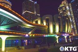 Lotus Building de nuit sur la rue Ryomyong à Pyongyang, la capitale de la Corée du Nord. Photographie prise par KTG Tours Corée du Nord (RPDC)