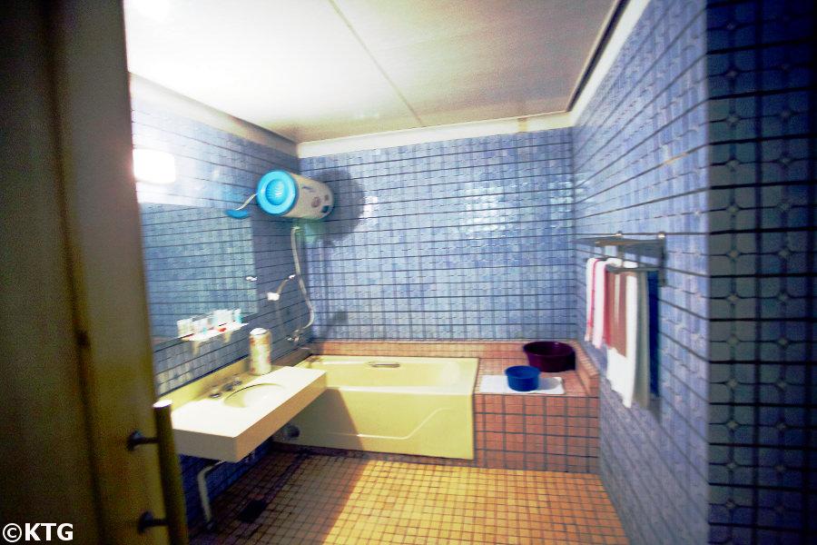 Baño en una de las habitaciones del hotel Jangsusan en la ciudad de Pyongsong, Corea del Norte