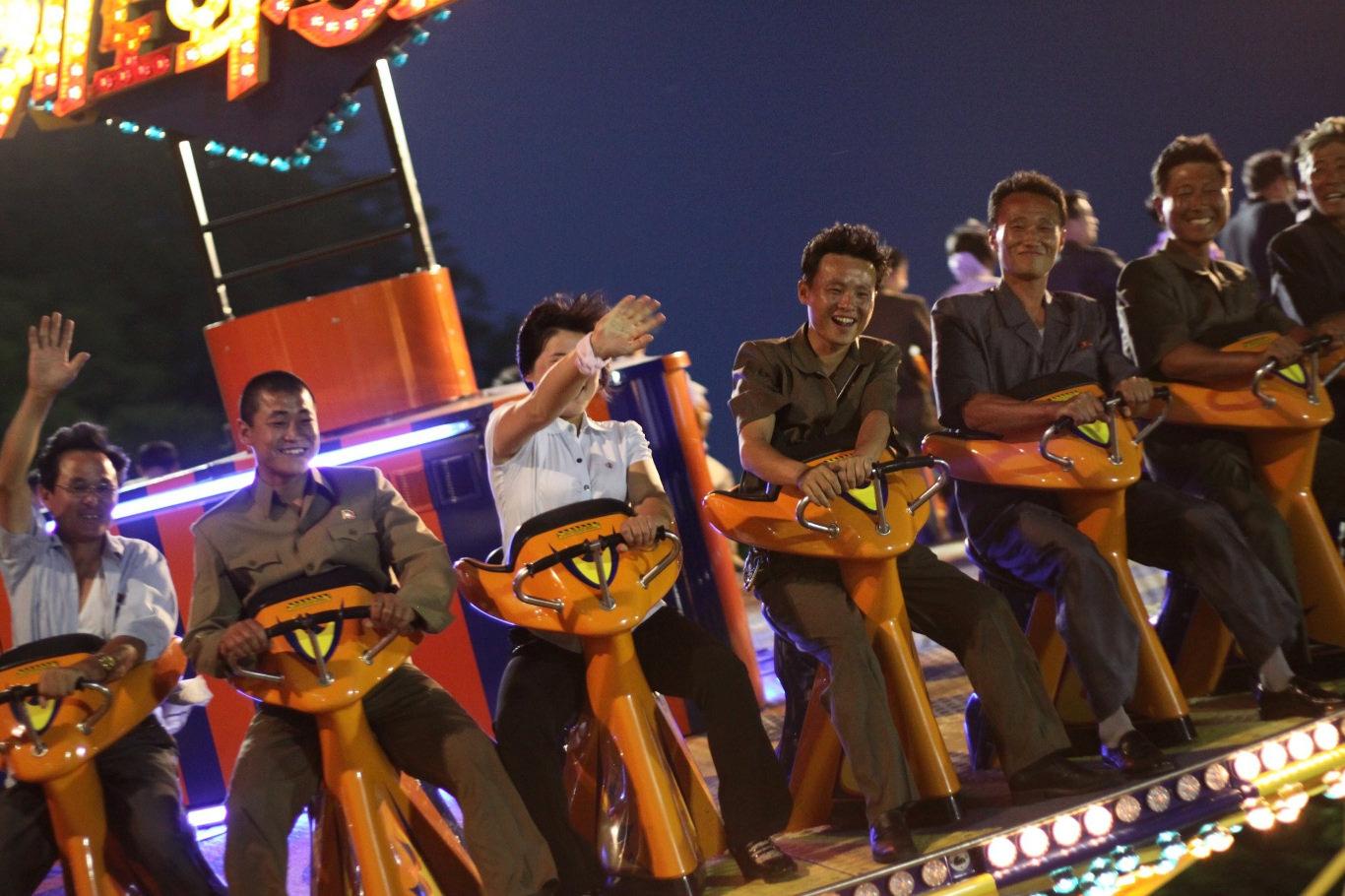Parc d'attractions nocturne de Kaeson à Pyongyang, capitale de la Corée du Nord. De nombreux habitants se rassemblent ici pendant les vacances. Voyage organisé par KTG Tours