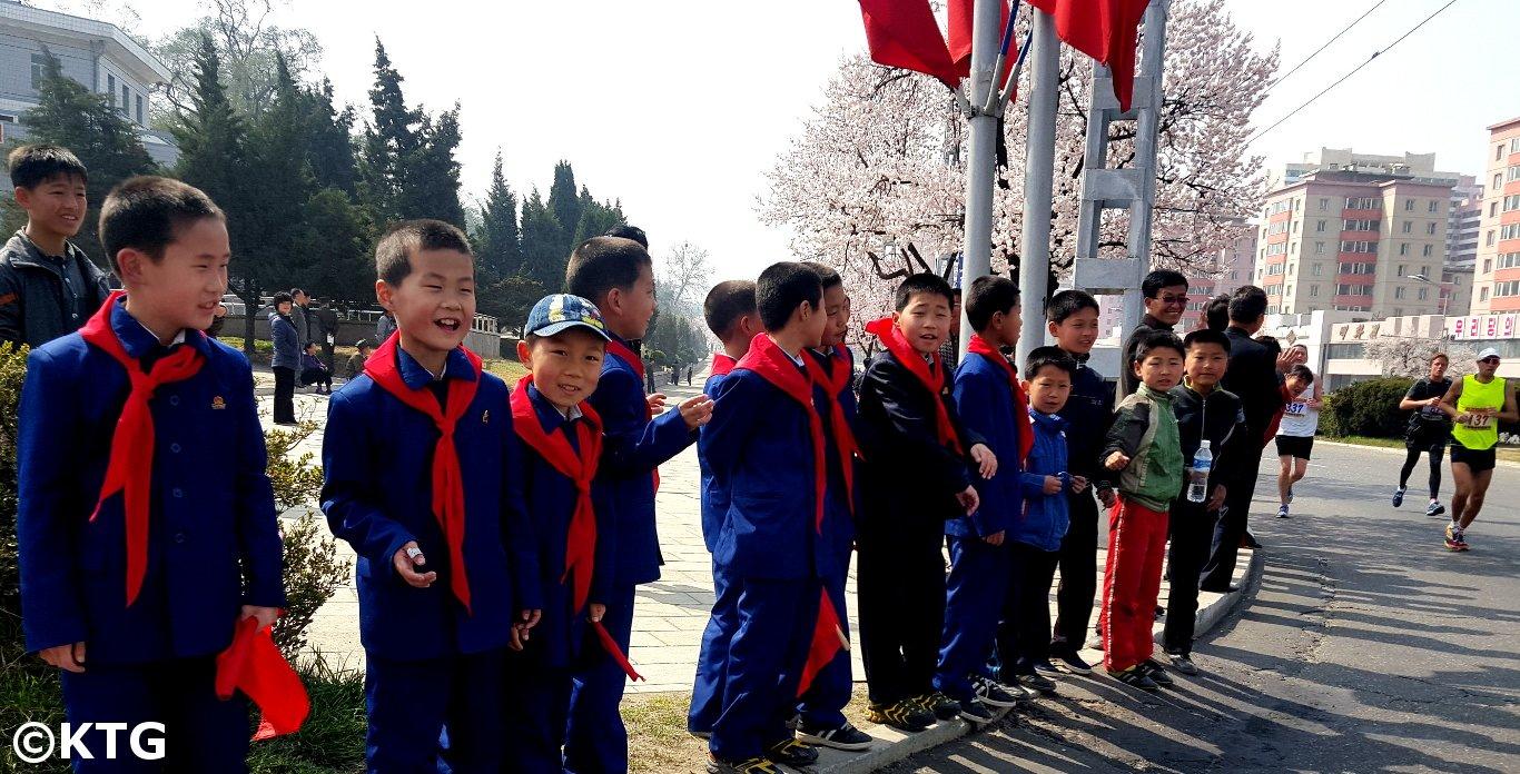 Kinderen die runners ondersteunen bij de Pyongyang Marathon
