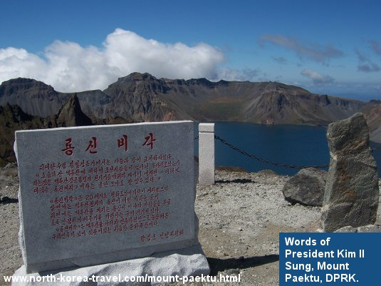 Palabras del Presidente Kim Il Sung con el Lago Chon de fondon en el Monte Paektu en Corea del Norte (RPDC). Viaje organizado por KTG