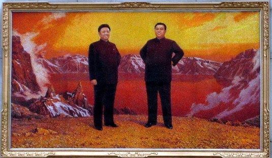 Imagen de un joven líder Kim Jong Il y el Presidente Kim Il Sung en el Monte Paekdu, Corea del Norte