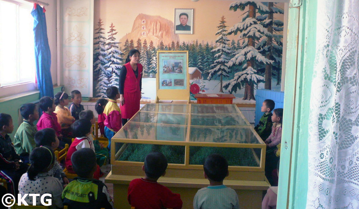 cours d'histoire de la maternelle dans une ferme en Corée du Nord