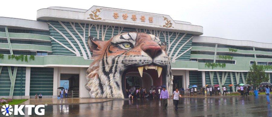 Entrada del zoológico central de Corea. La cabeza de tigre es la nueva entrada al zoológico de Pyongyang. Fotografía scada por KTG Tours.