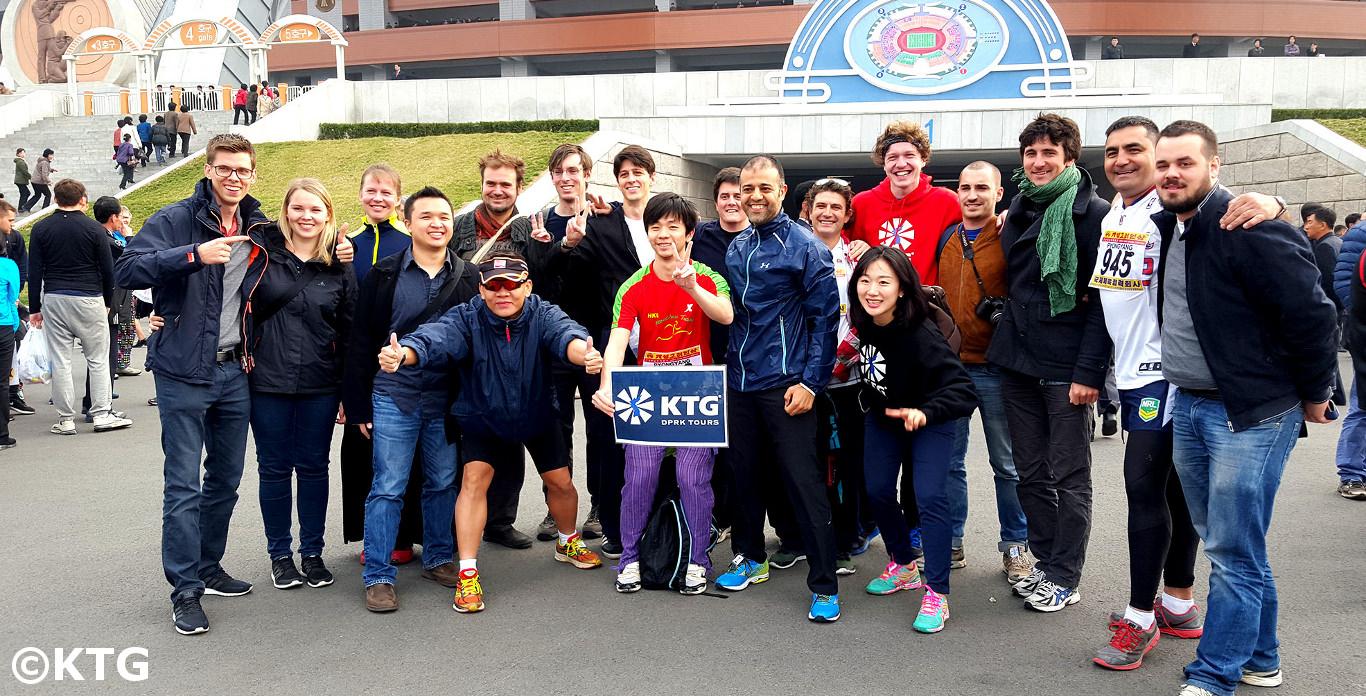 KTG Groep buiten het May Day stadion voor de Pyongyang Marathon