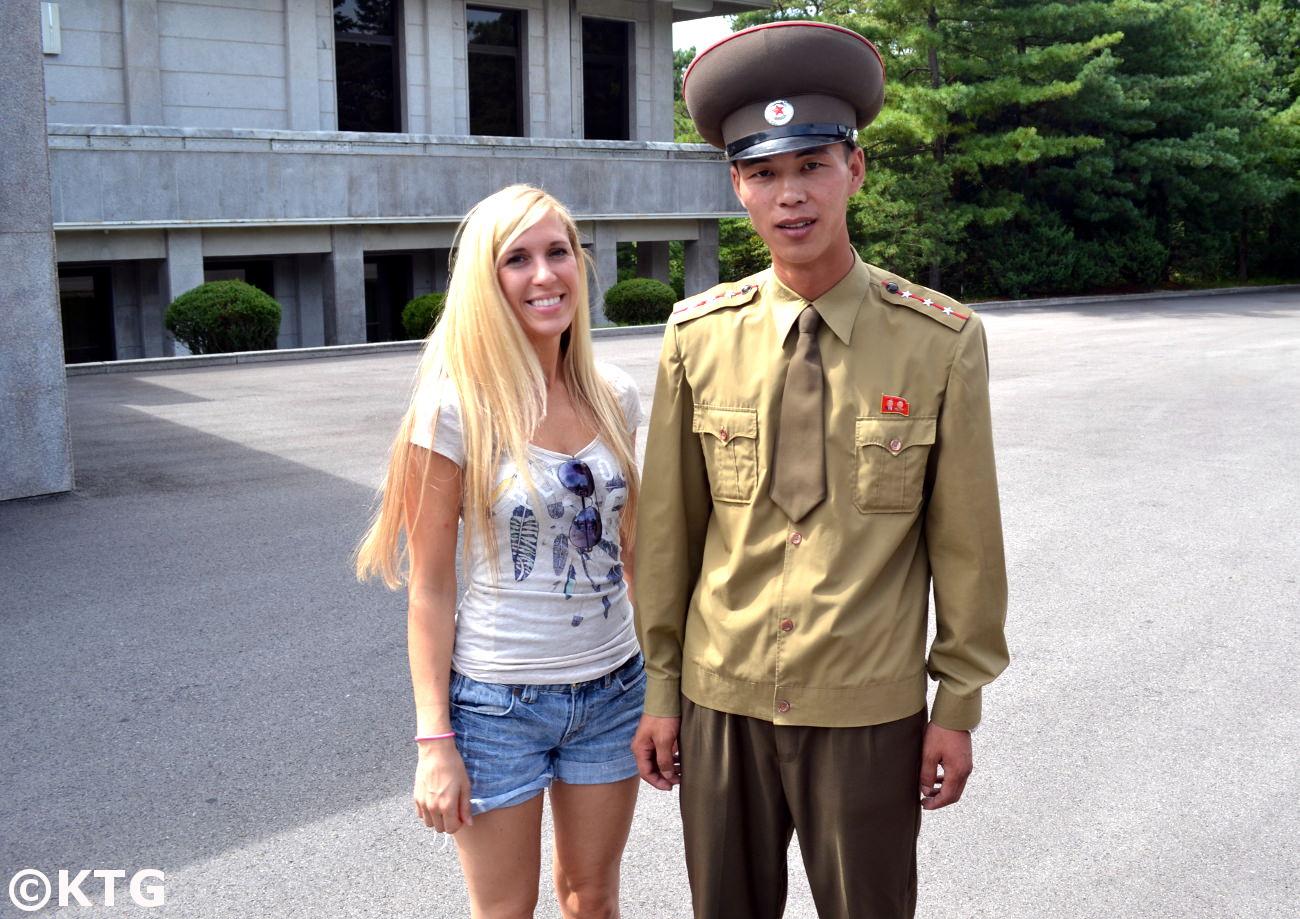 Viajero de KTG con un soldado norcoreano en Panmunjom en la RPDC. La DMZ es uno de los únicos lugares donde se nos permite tomar fotografías con soldados de Corea del Norte.