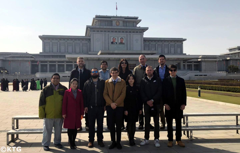 Grupo KTG en la plaza exterior del Palacio del Sol de Kumsusan