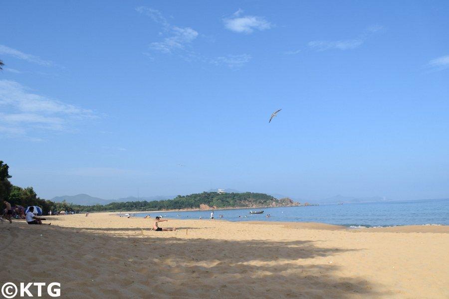 Un norcoreano se relaja en la playa de Majon en el distrito de Hungnam, cerca de Hamhung city